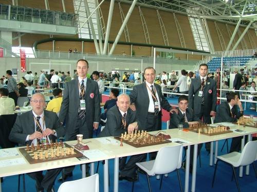 2006 Torino Olimpiyatı Milli Takımımız: Ayaktakiler A.N. YAZICI (Başkan), GM Predrag Nikoliç (Koç), Özgür Solakoğlu (M.T.Sorumlusu) Oturanlar: GM Gurevich, GM Atalık, IM Haznedaroğlu, IM Atakişi